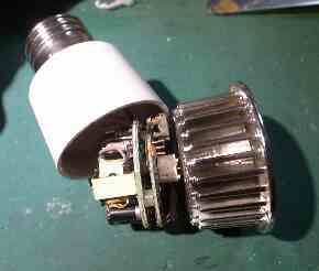 変色LED電球を分解